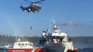 Patienter evakueras från charterbåt under sjöräddningsövning.