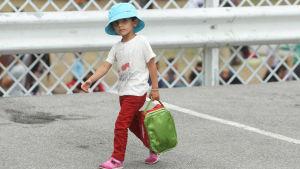 Syriskt flyktingbarn i Serbien 2015.