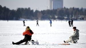 Vinterfiskare på Fölisöfjärden i Helsingfors 4.3.2018.