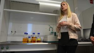 Katriina Sirviö, kemist på bränslelaboratoriet på Brändö i Vasa.