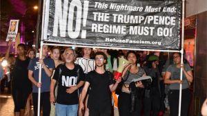 Demonstranter marscherar mot Trump Tower i new York i samband med Trumps besök.