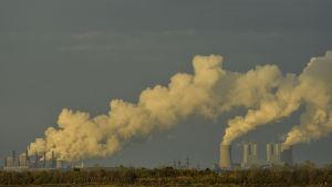 Tyska miljöaktivister protesterade inför uppföljningsmötet mot kolgruvan i Hambach i Rhenlandet. Kolkraftverk i närheten utnyttjar kol från dagbrottsbrytningen