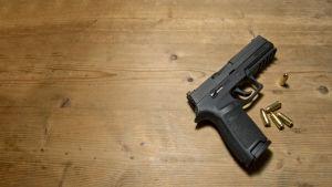 Sig Sauer P250, halvautomatiskt vapen. Ammunition finns placerat bredvid vapnet.