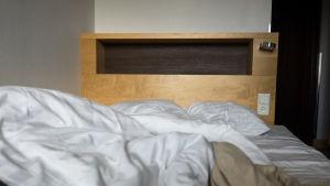 Hotellihuone, sänky