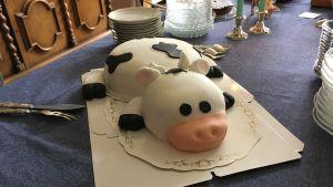 Tårta som är formad som en ko.