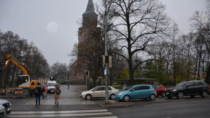 Fotgängare går över gatan vid Åbo Domkyrka.