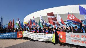 Kristna aktivister i Sydkorea demonstrerar för fred och samförstånd utanför ishallen Gangneung i PyeongChang