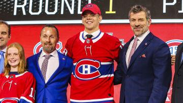 Jesperi Kotkaniemi poserar under NHL-draften.