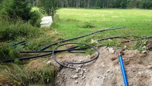 Vattenledningsarbete på en åker.