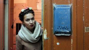 Kvinna utklädd till Frida Kahlo i en kommunalka i S:t Petersburg