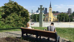 Vy över Frihetstorget i Tallinn med monumentet över segern i frihetskriget