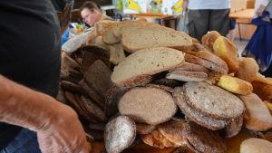 En hög med bröd som delas ut till behövande.