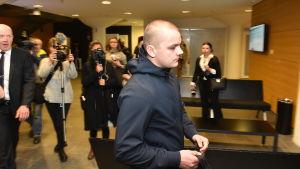Eppu Torniainen anländer till rätten 21 december 2016.