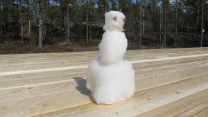 En snögubbe på ett bord.