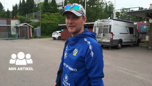 Fotbollstränaren Mats Nyström står på en parkeringsplats. I bakgrunden syns två bilar och ett hus i flera våningar.