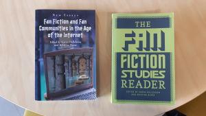"""Böckerna """"Fan Fiction and Fan Communities in the Age of the Internet"""" och """"The Fan Fiction Studies Reader""""."""