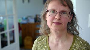 """Satirexpert och litteraturprofessor Sari Kivistö vid Tammerfors universitet i serien """"Inget att skratta åt"""""""
