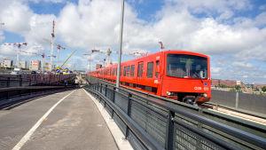 Metrovagn som åker mot kameran