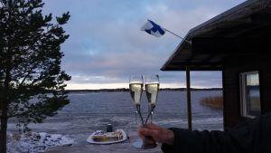 Bakelse och champagne ute i Vasa skärgård.