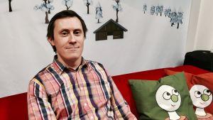 Janne Lindberg sitter i Buu-klubbens soffa.
