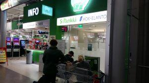 S-bankerna verkar i samma fastigheter som de stora Prisma-affärerna.