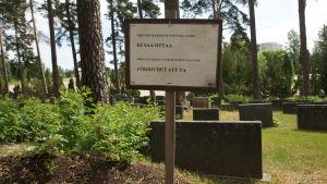 en skylt på gravgården där det står att förbjudet att ta