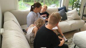 Linda Karrento-Gers läser för alla tre barn.