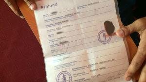 Afghansk asylsökandes dokument med finska polisstämplar.