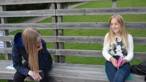 Två flickor på publikläktare