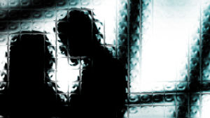 siluetten av man och kvinna bakom glasruta
