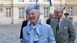 Prins Henrik ett steg bakom drottning Margrethe.