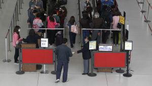 Vid JFK flygplatsen i New York har man en speciell kontroll för passagerare som kommer från de eboladrabbade länderna i Västafrika.