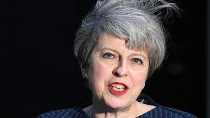 Theresa May meddelar att hon vill utlysa nyval i Storbritannien utanför Downing Street 10 i London.