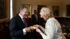Ilkka Kanerva får ta emot riksdagens silvernyckel av talman Maria Lohela
