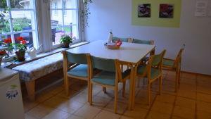 Ett bord med stolar.