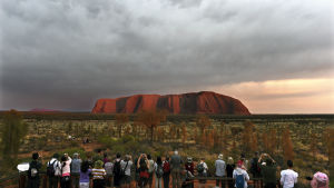 Turister framför Uluru.