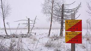 en skylt var det står att det är naturskyddsområde