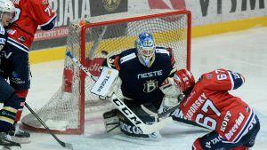 Ishockeyspelare gör mål.