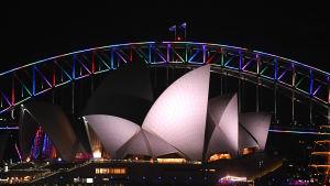 Sydney Harbour Bridge vid operahuset i Sydney fick regnbågens färger för att hedra offren i masskjutningen i Orlando.