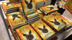 En hög Harry Potter-böcker i bokhandeln.