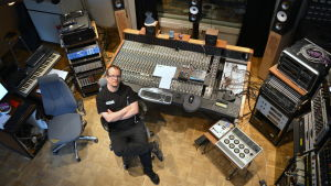 Martin Kantola vid sitt mixerbord i studion i Karperö.