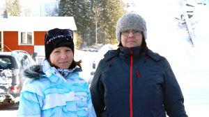 Madelene Sippus och Sofia Nyman står fram skidbacken i Vörå