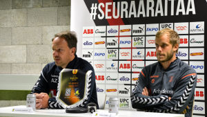Alexander Zorniger och Teemu Pukki sitter vid ett bord på en presskonferens.