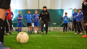 Eija Feodoroff insturerar juniorer i Fennia Arena i Vasa.
