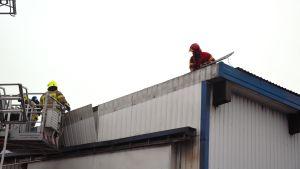 Räddningsverket undersöker taket på Petsmo products.