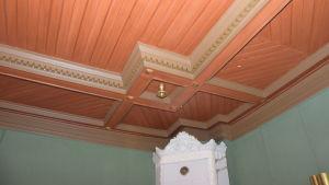 Ett tak i ett rum som är rikligt utsmyckat i Villa Grantorp.