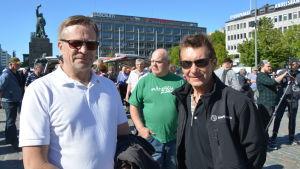 Lars-Erik Staffans och Carl-Gustav Nykvist från Kimo demonstrerade mot vargsituationen på Vasa torg.