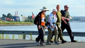 Marschdeltagare på Myrgrundsbron