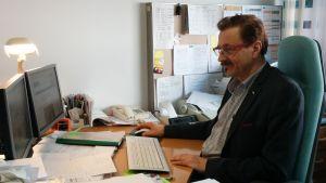 Företagaren Staffan Sundström vid sitt arbetsbord i Pargas.