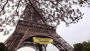 Aktivister från Greenpeace protesterade mot ytterhögerns presidentkandidat Marine Le Pen vid Eiffeltornet i Paris den 5 maj 2017.